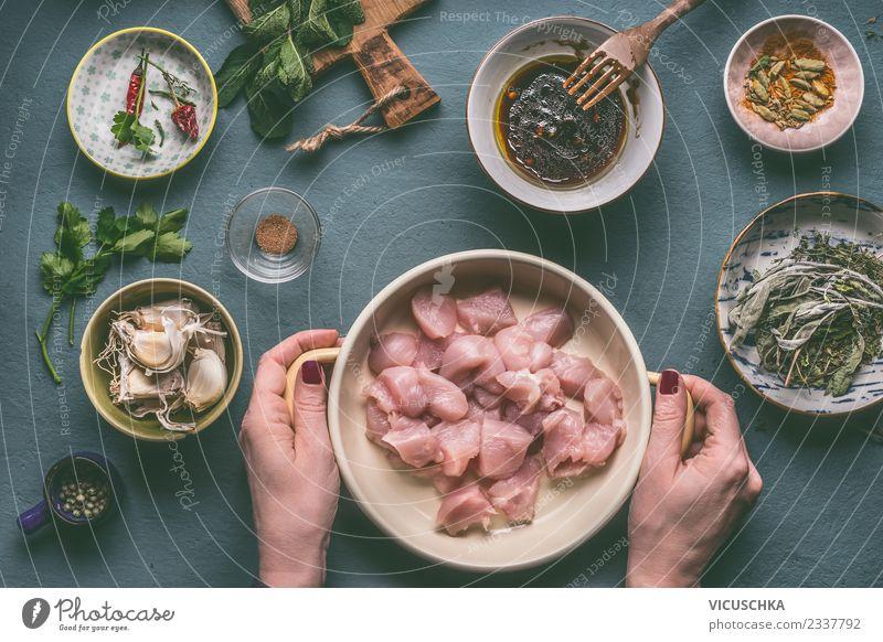 Hände halten Schüssel mit Geflügelfleisch Mensch Gesunde Ernährung Hand Foodfotografie feminin Stil Lebensmittel Design Häusliches Leben Tisch Küche