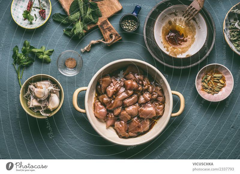 Topf mit marinierten Hähnchenfleisch Lebensmittel Fleisch Kräuter & Gewürze Öl Ernährung Mittagessen Abendessen Bioprodukte Diät Geschirr Schalen & Schüsseln