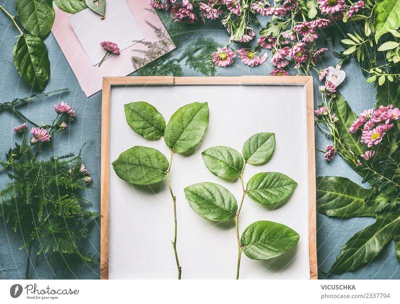 Zweige mit grünne Blätter und Blumen auf Florist Arbeitstisch Stil Design Dekoration & Verzierung Pflanze Blatt Blüte Blumenstrauß trendy Blumenhändler