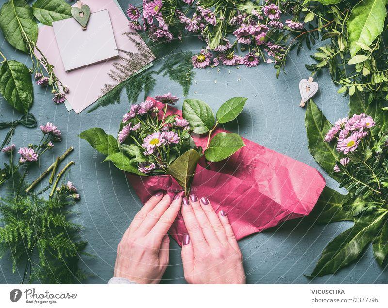 Blumenstrauß verpacken, Schritt für Schritt kaufen Stil Design Freude Häusliches Leben Tisch Feste & Feiern Mensch feminin Frau Erwachsene Hand Pflanze Blatt