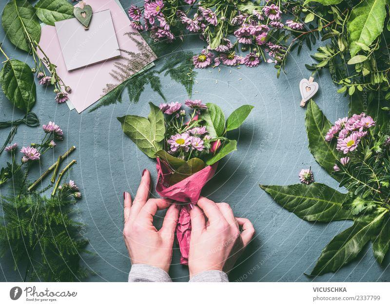 Blumenstrauß verpacken Schritt für Schritt 4 elegant Stil Design Freizeit & Hobby Tisch Veranstaltung Feste & Feiern Mensch feminin Frau Erwachsene Hand Pflanze