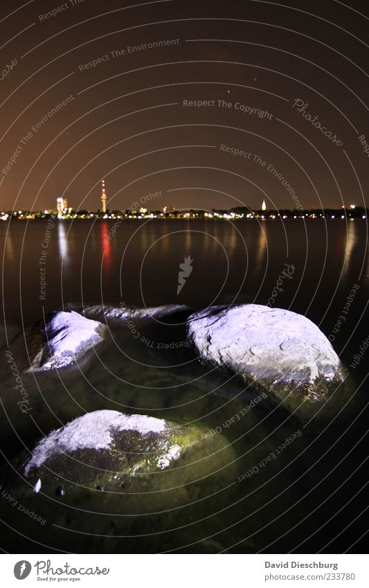 Magic night Landschaft Wasser Nachthimmel Seeufer braun schwarz weiß Hamburg Stadt Himmel Fernsehturm Alster Alsterufer Menschenleer Stein Skyline Farbfoto