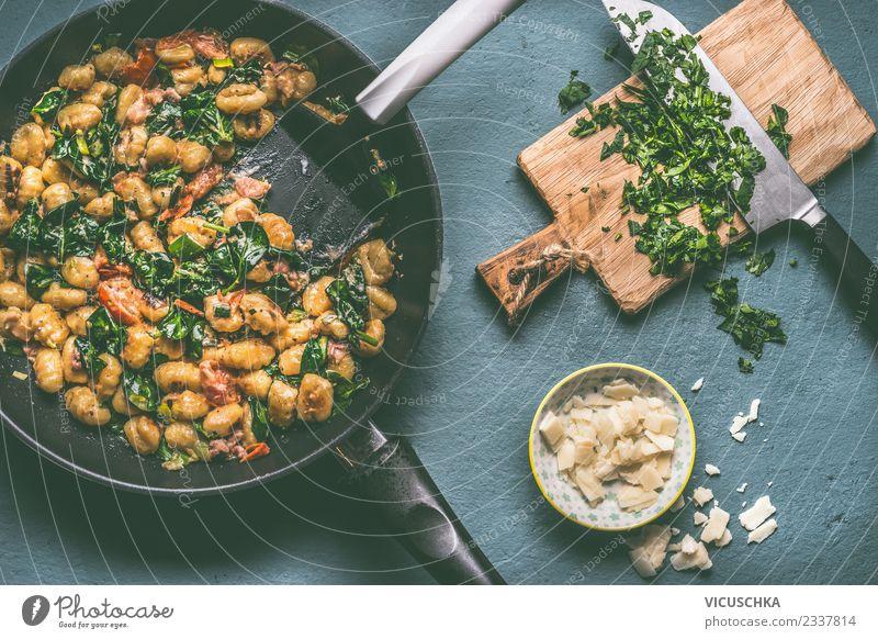Gnocchi Pfanne mit Spinat Lebensmittel Fleisch Wurstwaren Gemüse Ernährung Mittagessen Abendessen Geschirr Messer Stil Design Häusliches Leben Tisch Küche
