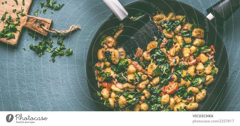 Pfanne mit Gnocchi , Spinat und Gemüse Lebensmittel Kräuter & Gewürze Ernährung Mittagessen Bioprodukte Vegetarische Ernährung Diät Löffel Stil Design