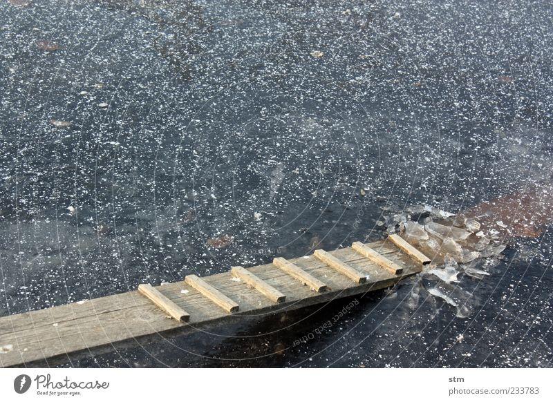 das eis ist gebrochen Wasser blau Winter kalt See Eis dreckig klein nass Frost kaputt Flüssigkeit gefroren Steg Teich