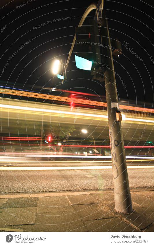 Grüne Welle Verkehrswege Straßenverkehr Wege & Pfade Ampel mehrfarbig gelb rot schwarz Linie Straßenbeleuchtung Geschwindigkeit Bürgersteig Farbfoto
