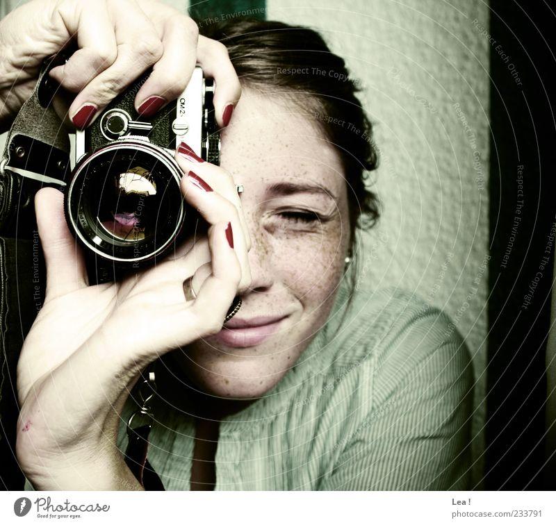 sag mal schieeeß! Mensch Jugendliche Hand Freude feminin Kopf Junge Frau Fotokamera Lächeln entdecken brünett Fotograf Frau Fotografieren Sommersprossen Fingernagel
