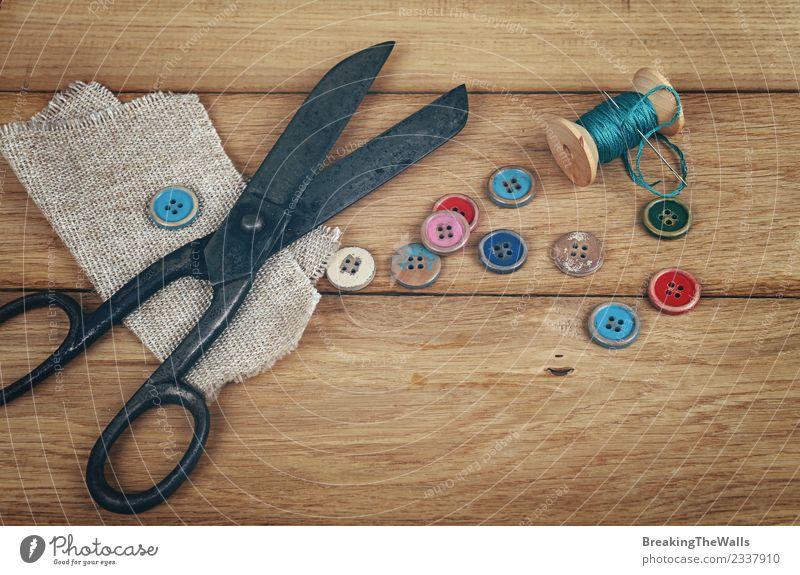 Vintage-Schere mit Garnrolle und Holzknöpfen elegant Stil Design Freizeit & Hobby Basteln Handarbeit heimwerken Innenarchitektur Dekoration & Verzierung Tisch