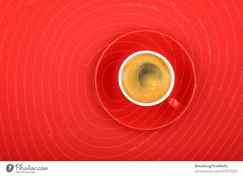 Nahaufnahme Espressotasse über rotem Hintergrund Ernährung Frühstück Kaffeetrinken Diät Getränk Heißgetränk americano schwarzer Kaffee Becher Untertasse Papier