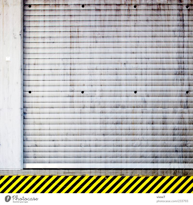 Streifen Farbe gelb Wand Architektur Mauer Gebäude Metall Linie Tür dreckig geschlossen Schilder & Markierungen Design authentisch Hinweisschild