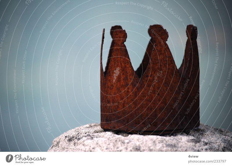 rostet königlich alt Stein Metall braun Macht Rost Skulptur König Krone Gerechtigkeit Ehre Dekadenz Königlich Totale Kultur
