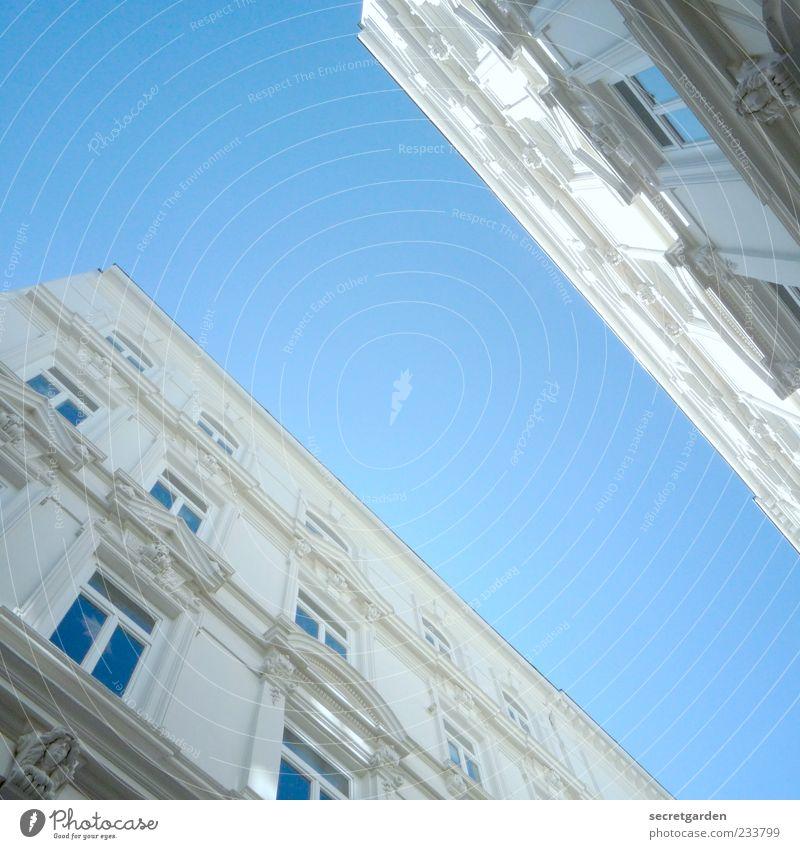wie man sich als ameise fühlt. Himmel blau weiß Sommer Fenster Architektur Gebäude Fassade groß Bauwerk Schönes Wetter Wolkenloser Himmel Blauer Himmel Hamburg