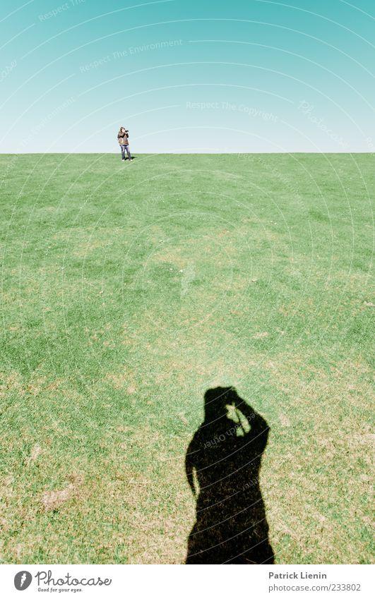 Spiekeroog | Dreh dich nicht um Mensch Himmel Natur blau grün Einsamkeit Ferne Erholung Umwelt Wiese oben Gras Stimmung Linie Horizont Rasen