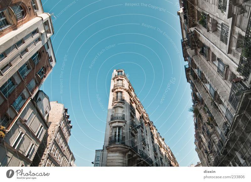 dans les rues de la grande ville alt Haus Fenster Architektur Gebäude Fassade hoch Europa Bauwerk Paris historisch Balkon Frankreich Stadtzentrum Blauer Himmel