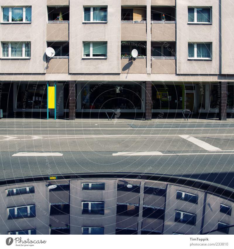 Bent Reality Stadt trist Fenster Satellitenantenne Mehrfamilienhaus Plattenbau Spiegelbild grau Menschenleer Wohnhochhaus Häusliches Leben Nachbar anonym Straße