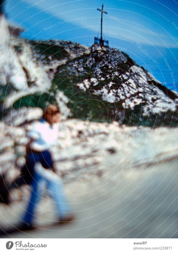 Denk ich an Trenker, werd' ich aktiv. Berge u. Gebirge Felsen wandern Ziel Klettern Gipfel Christliches Kreuz Kreuz Blauer Himmel Religion & Glaube Gipfelkreuz Wolkenschleier