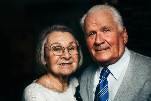Lächelndes Seniorenpaar Lifestyle Gesundheit Seniorenpflege harmonisch Wohlgefühl Zufriedenheit Mensch Weiblicher Senior Frau Männlicher Senior Mann 2