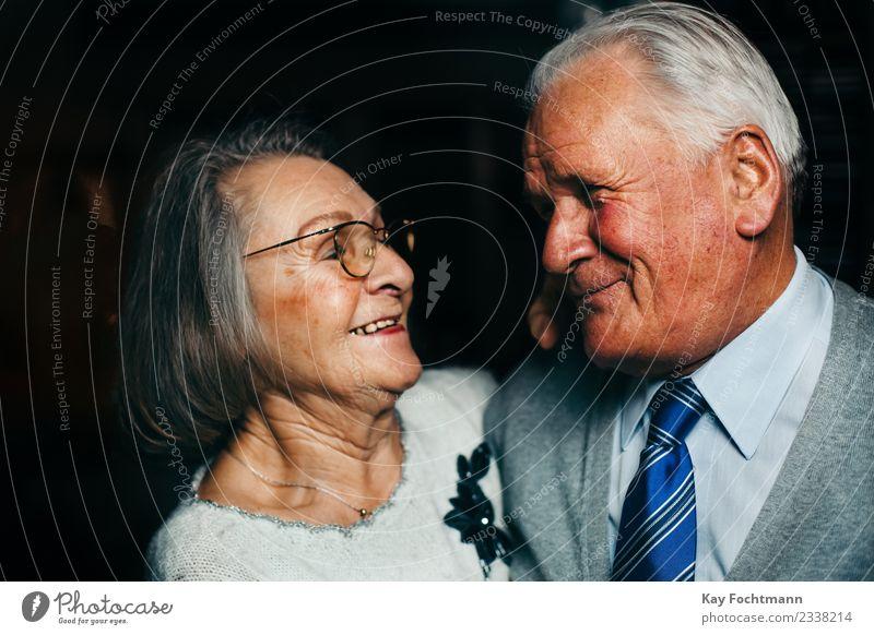 Lächelndes Seniorenpaar schaut sich liebevoll in die Augen Gesundheit Seniorenpflege harmonisch Wohlgefühl Zufriedenheit Weiblicher Senior Frau