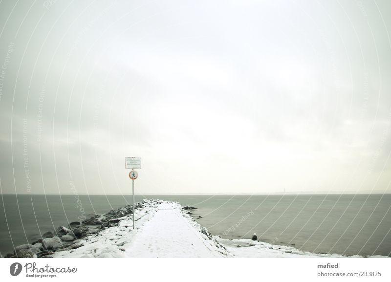Don't Walk | Winteredition Erde Wasser Himmel Wolken Schönes Wetter Eis Frost Schnee Küste Ostsee Verkehrszeichen Verkehrsschild Stein Sand Hinweisschild