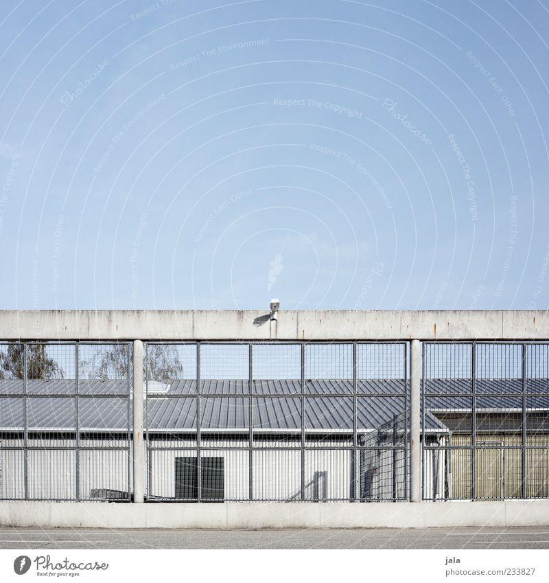 . Himmel Architektur Gebäude Sicherheit trist Fabrik Bauwerk Zaun Barriere Gitter Wolkenloser Himmel Blauer Himmel Industrieanlage Überwachungskamera