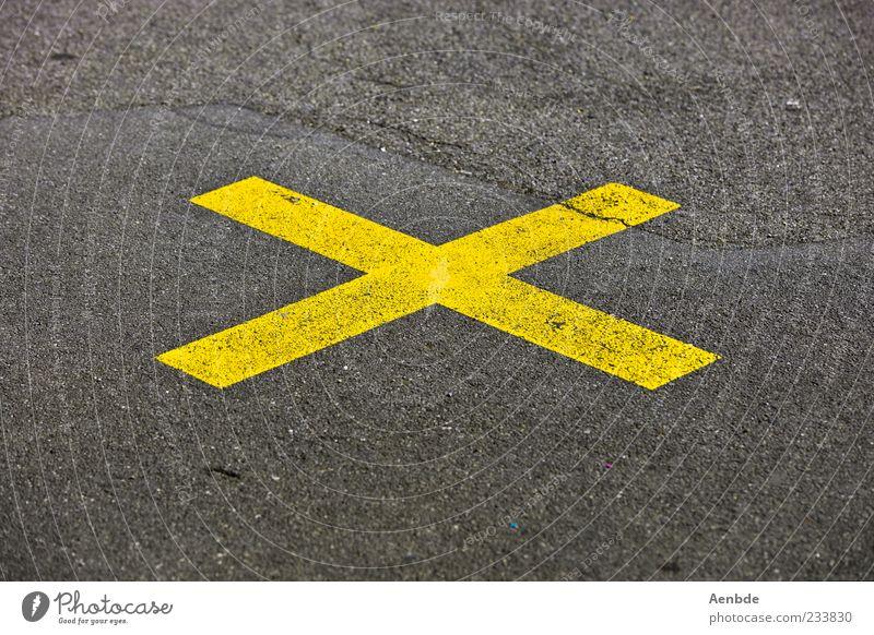 x gelb Straße außergewöhnlich Asphalt Kreuz Riss Verbote Aggression Teer Warnung Straßenkreuzung zentral Wegkreuzung Fahrbahnmarkierung Symbole & Metaphern