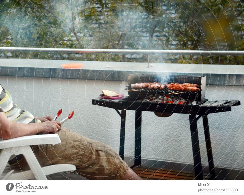 BBQ-Meister Mensch Mann Sommer Einsamkeit ruhig Erwachsene Ernährung Lebensmittel Beine sitzen warten maskulin heiß Appetit & Hunger Balkon Rauch