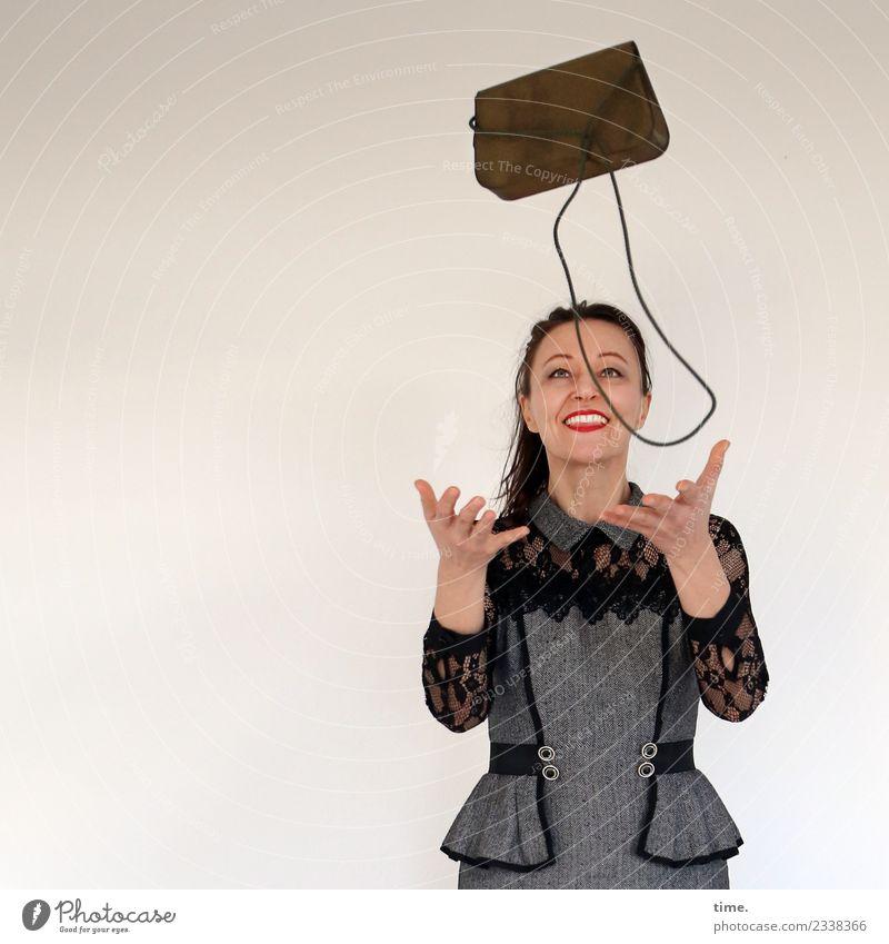 Mia feminin Frau Erwachsene 1 Mensch Kleid Handtasche schwarzhaarig langhaarig Zopf beobachten fangen lachen Blick Spielen werfen außergewöhnlich Fröhlichkeit