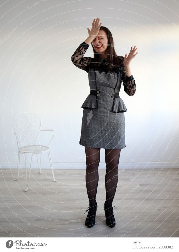 plemplem. manchmal einfach befreiend. Stuhl Raum feminin Frau Erwachsene 1 Mensch Kleid Stiefel brünett langhaarig festhalten lachen stehen außergewöhnlich