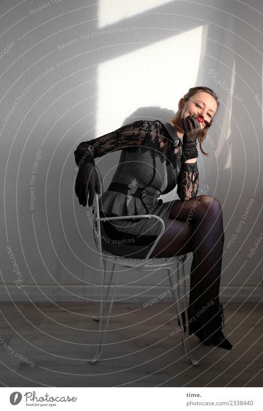 Mia Stuhl Raum feminin Frau Erwachsene 1 Mensch Schauspieler Kleid Handschuhe brünett langhaarig Zopf beobachten festhalten Blick sitzen außergewöhnlich dunkel