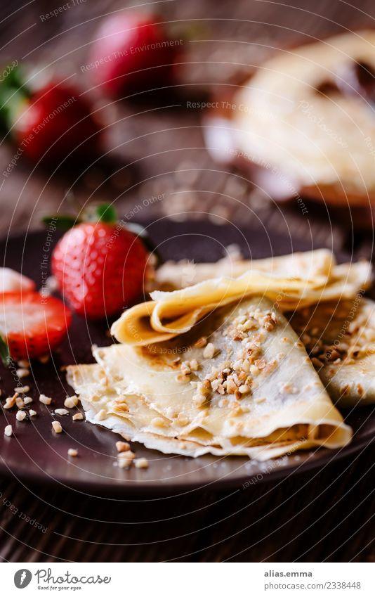 Crepes mit Schokocreme und Erdbeeren Crêpe Pfannkuchen Pancake Rocks Schokolade Nussnugatcreme Lebensmittel Gesunde Ernährung Speise Foodfotografie Essen