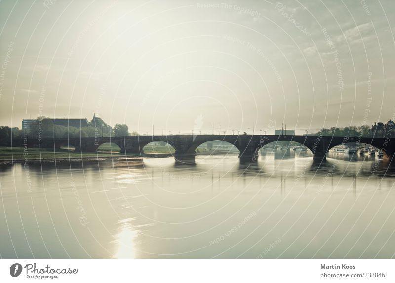 Elbflorenz Flussufer Brücke Architektur Zufriedenheit elegant gleich Idylle Leben Mobilität Vergangenheit Wege & Pfade Elbe Sachsen Dresden Farbfoto
