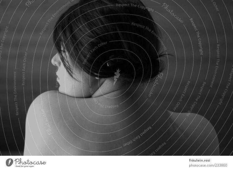 Peeking over shoulders Mensch Jugendliche schön Einsamkeit ruhig Erwachsene feminin grau Haare & Frisuren Traurigkeit Junge Frau Rücken Haut 18-30 Jahre