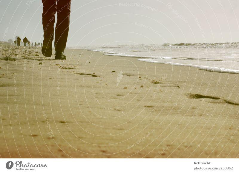 Weg zum Horizont Mensch Himmel Natur Ferien & Urlaub & Reisen Meer Strand Einsamkeit Erwachsene Erholung Landschaft Herbst Sand Beine Fuß Wellen