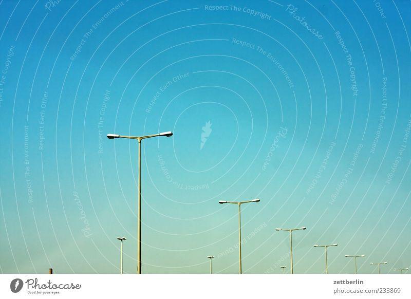 Licht Himmel Sommer Lampe Beleuchtung Wetter dreckig Klima Schönes Wetter Laterne Verkehrswege Straßenbeleuchtung Reihe Wolkenloser Himmel Optimismus