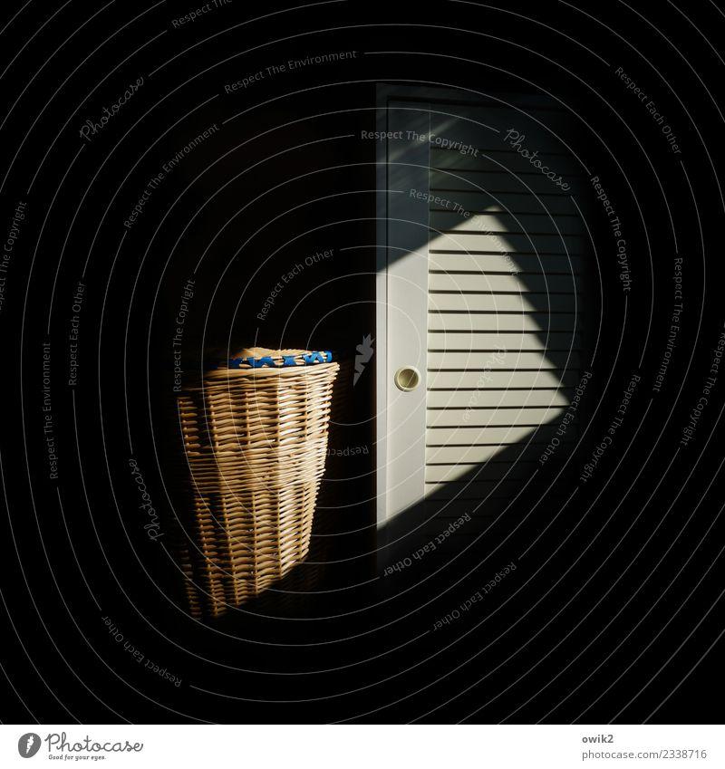 Beichte Innenarchitektur Schlafzimmer Schrank Schrankgriff Lamelle Wäschekorb dunkel Verschwiegenheit Zusammensein geduldig ruhig nebeneinander sprechen
