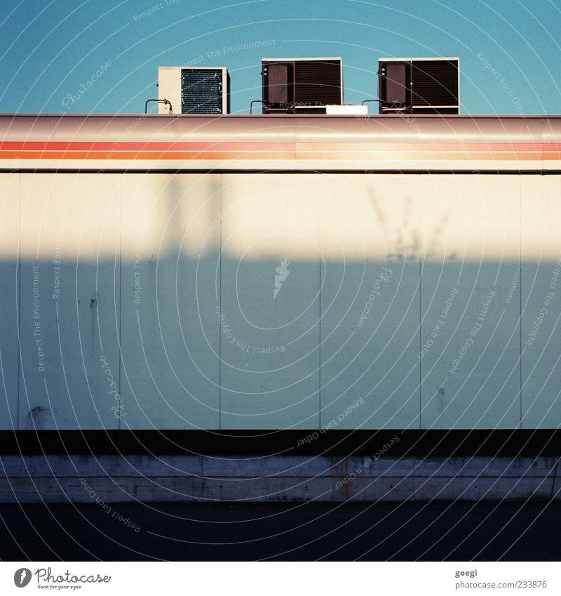 nachgerüstet Himmel Haus Wand Mauer Linie Fassade Klima Dach retro Tankstelle Elektrisches Gerät Klimaanlage Fassadenverkleidung