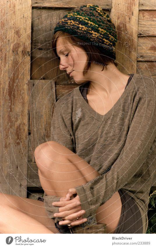 Mensch Jugendliche schön Erwachsene Einsamkeit feminin Freiheit Holz Traurigkeit träumen Stimmung sitzen Schutz 18-30 Jahre Hut