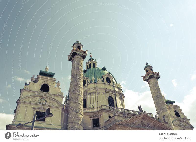 karlskirche Himmel blau grün Sommer Wolken gelb Fenster Architektur Gebäude Fassade Kirche Europa Bauwerk Schönes Wetter historisch Laterne