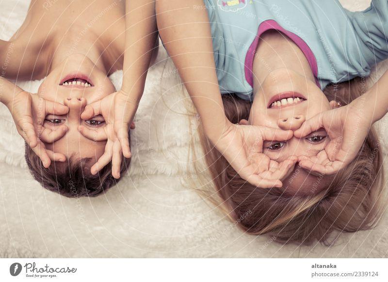 Hübsche Geschwister, die zu Hause im Bett liegen. Lifestyle Freude Glück schön Gesicht Erholung Spielen Schlafzimmer Kind Mensch Baby Junge Schwester