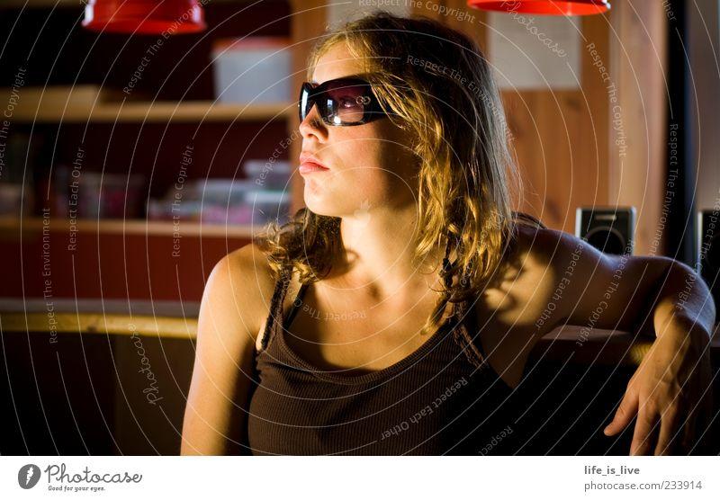As time goes by ll schön Gesicht feminin Gefühle blond sitzen Haut warten Lifestyle Coolness nachdenklich Junge Frau Sonnenbrille Theke