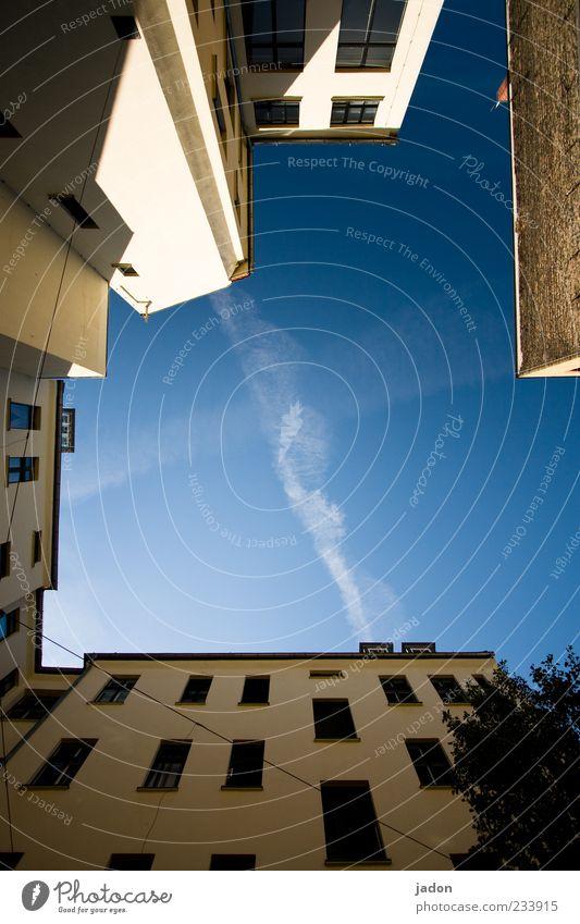 hinterhof Himmel Haus Wand Architektur Mauer Gebäude Fassade hoch Bauwerk Schönes Wetter Hinterhof eckig Hof himmelwärts Wolkenband
