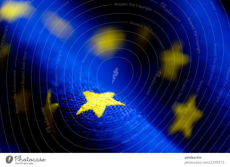Europa again Europafahne Europa Parlament Fahne Stoff Wahrzeichen Stern (Symbol) Bündnis Falte Beule Wellen gelb blau Textfreiraum Menschenleer