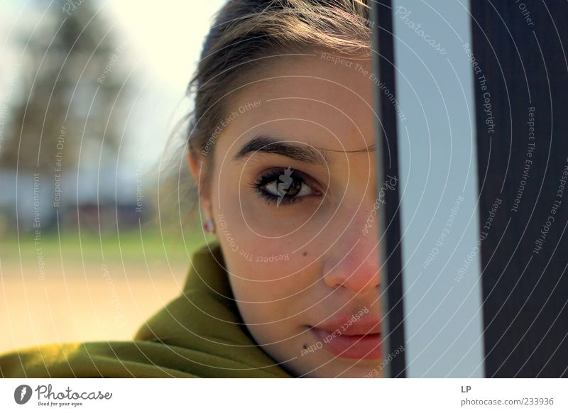 violetter Look Mensch feminin Junge Frau Jugendliche Gesicht 1 18-30 Jahre Erwachsene Schal beobachten entdecken Lächeln Blick stehen einfach elegant Glück