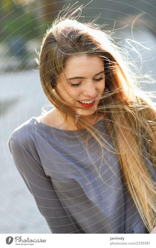 Glückliches blondes Mädchen im urbanen Hintergrund Lifestyle schön Haare & Frisuren Gesicht Leben Sommer Mensch feminin Junge Frau Jugendliche Erwachsene 1