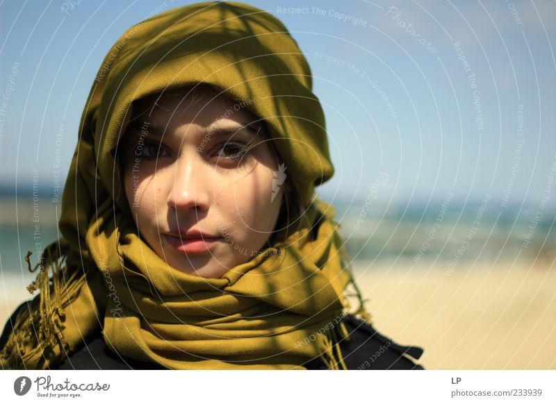 M1 Mensch feminin Junge Frau Jugendliche Erwachsene Gesicht Kopftuch beobachten Denken Lächeln Blick stehen einfach schön einzigartig grün Gefühle selbstbewußt