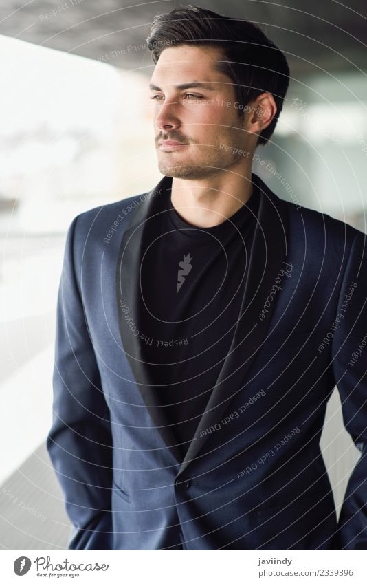 attraktiver Mann, Model der Mode, trägt einen modernen Anzug. elegant Stil Arbeitsplatz Business Mensch maskulin Junger Mann Jugendliche Erwachsene 1