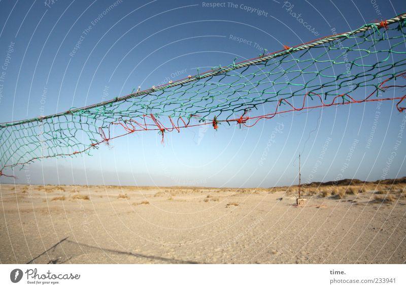 Spiekeroog | Mit dem Wind spielen alt Himmel Strand Sand Schilder & Markierungen hoch kaputt Netz Schnur diagonal verwittert gerissen unbrauchbar Windböe