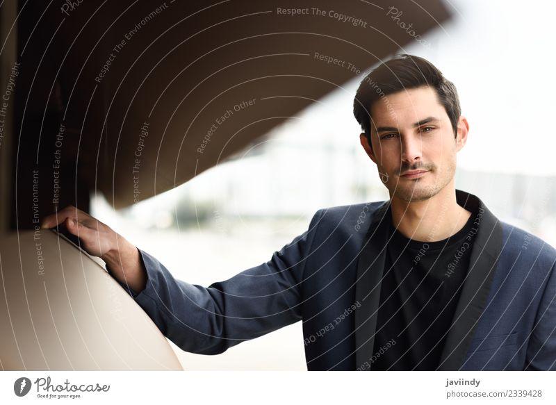 attraktiver Mann, Model der Mode, trägt einen modernen Anzug. elegant Stil Mensch maskulin Junger Mann Jugendliche Erwachsene 1 18-30 Jahre stehen weiß