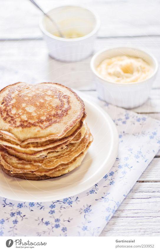 Guten Morgen! Ernährung süß Appetit & Hunger Frühstück lecker Teller Stapel Schalen & Schüsseln Dessert Pfannkuchen Crêpe Foodfotografie Frühstückstisch