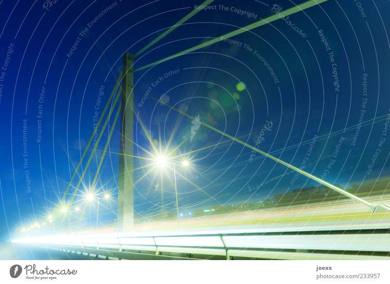 Drahtseilakt Nachthimmel Brücke Verkehrswege Straße Geschwindigkeit blau gelb grün weiß Stress Straßenbeleuchtung Rheinbrücke Farbfoto mehrfarbig Außenaufnahme